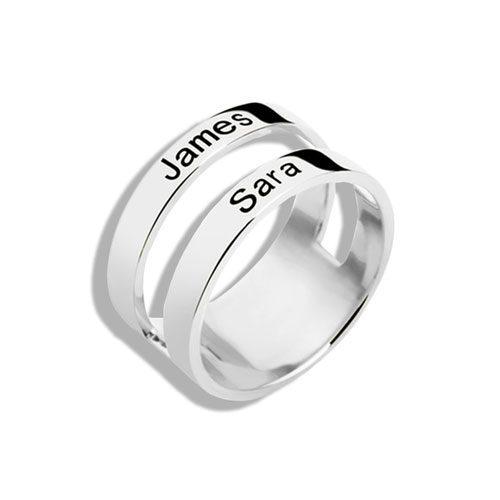 Offrez à votre bien-aimé cette sublime bague 2 anneaux 2 prénoms à personnaliser ! Quoi de mieux que de rendre un bijouincomparableen y ajoutant les prénom de ceux qu'on aime