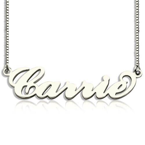 Suivez la tendance en ajoutant ce joli collierprénom Carrie Bradshaw à personnaliser à votre boîte à bijoux, prénom découpé et poli de manière artisanale