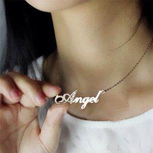 Collier prénom effet diamant en Argent 925, disponible aussi en plaqué Or, et plaqué Or 18 carats. C'est le cadeau parfait à offrir pour toute occasion.