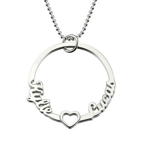 Laissez-vous séduire par ce joli collier prénom cercle et coeur personnalisé avec deux prénoms, c'est le cadeau idéal à offrir à la femme de votre vie