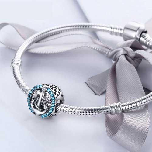 Charm ancre marine bleu en Argent 925 créez le style qui vous correspond, en ajoutant ce ravissantcharm symbole de fraicheur, et de bonne humeur à votre bracelet