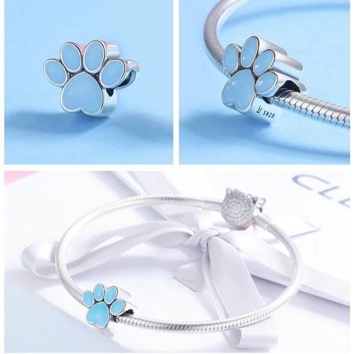 Charm Empreinte bleu, symbole de bonne humeur, qui vous rappellera à coup sûr votre petit protégé à quatre pattes
