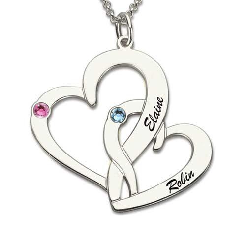Portez au plus près de votre cœur les prénoms de ceux que vous aimez, grâce à ce sublime collier 2 coeurs à personnaliser en Argent Massif et plaqué Or 18k