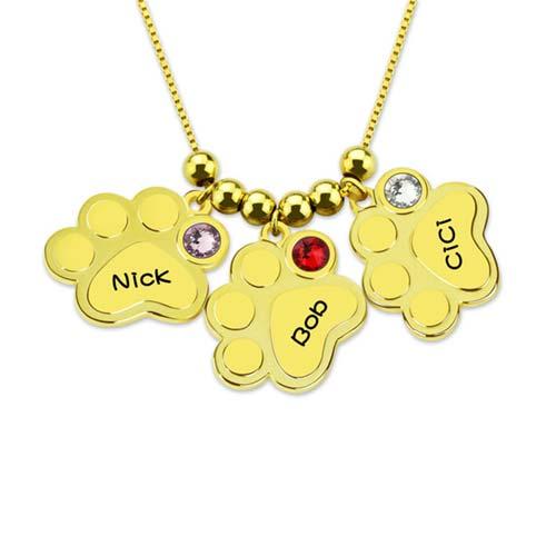 Collier patte de chien à personnaliser en plaqué Or, orné de 3 pierres da naissance personnalisables représentent le mois de leur arrivée au monde