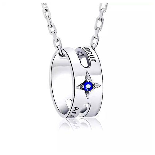 Collier anneau personnalisé avec prénom est embelli d'une pierre de couleur bleu